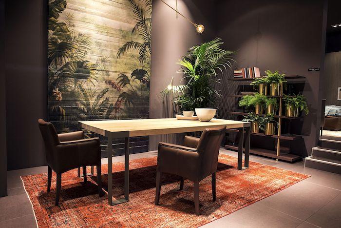 papier peint tropical, salle à manger aux murs taupe poudré, plantes exotiques, carrelage sol en marron, tapis orange à motifs ethnique