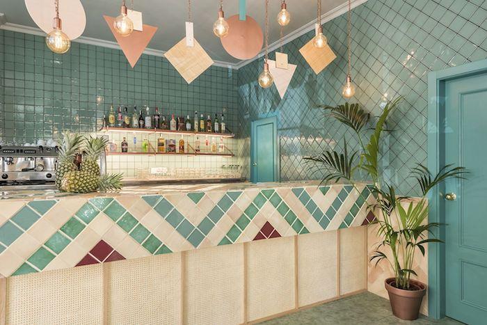 deco moderne, porte en bois peinte en turquoise, lampes suspendues avec corde en cuivre, carrelage mur en turquoise
