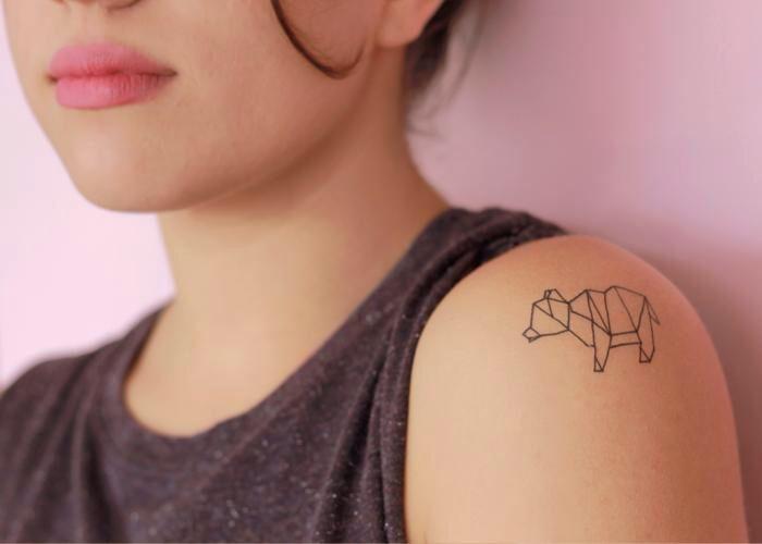 un tatouage minimaliste animalier aux lignes géométriques évoquant l'art de l'origami