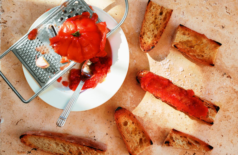 recette classique de pan con tomate ou toast aux tomates avec ail et sel, idée de tapas recette facile a faire