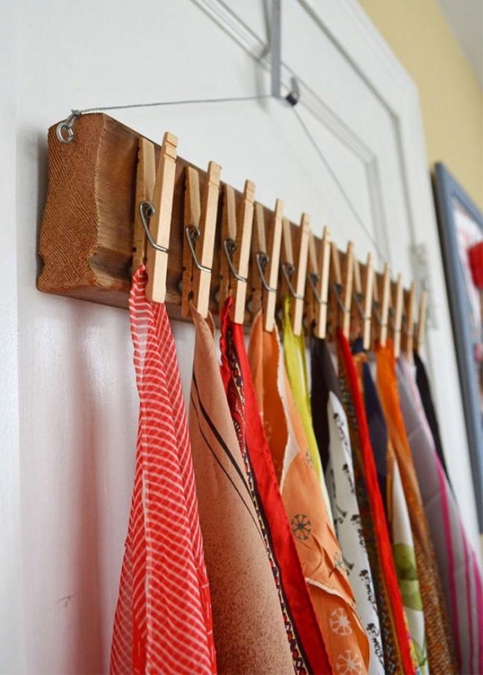 idée rangement accessoires écharpes sur une planche en bois et pinces a linge collées dessus pour accrocher les chales