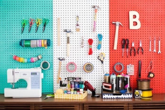 diy rangement mural pour les outils de couture, panneau perforé trois couleurs, coin travail bien organisé,