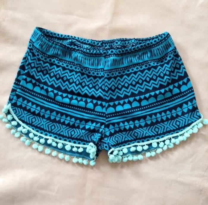 pantalon ethnique bleu avec figures géométriques, petits pompons