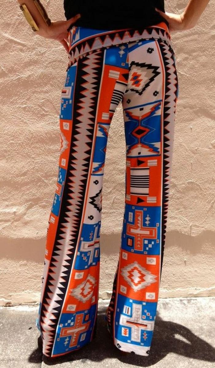 pantalon fluide blanc style chic ethnique, tenue avec patterns géométriques en bleu et orange