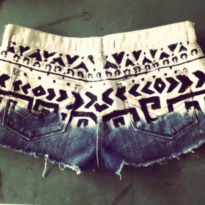 pantalon imprimé, mini pantalon en bleu et blanc aux imprimés géométriques noirs