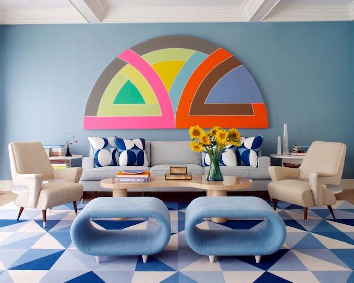 déco appartement, murs peints en bleu, plafond blanc avec déco en plâtre, tapis en bleu clair et foncé à motifs triangulaires