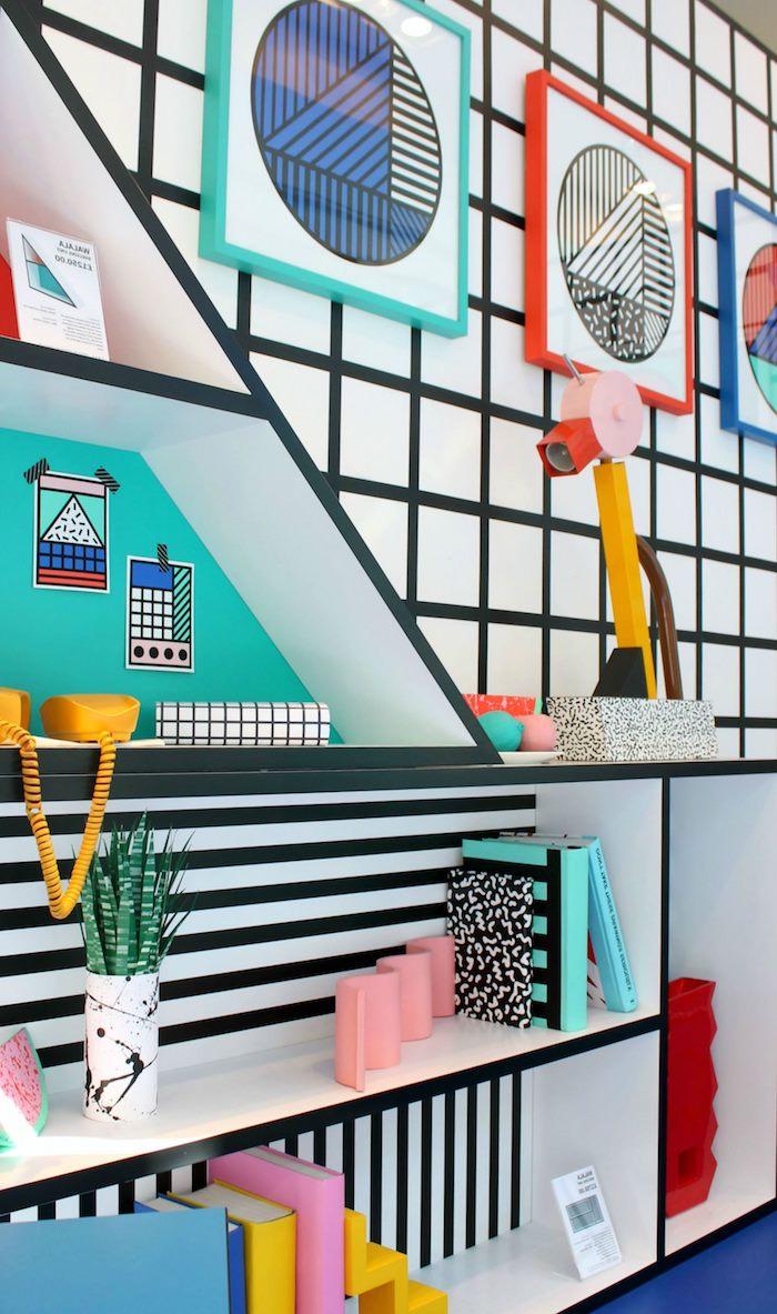 motif géométrique, étagère murale en bois, papier peint en blanc et noir, objets décoratifs en couleurs