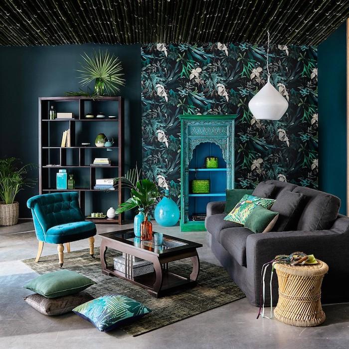 tissu tropical, bibliothèque en bois marron, pot à fleur en fibre végétal, meuble vintage peint en turquoise, lampe suspendue en blanc