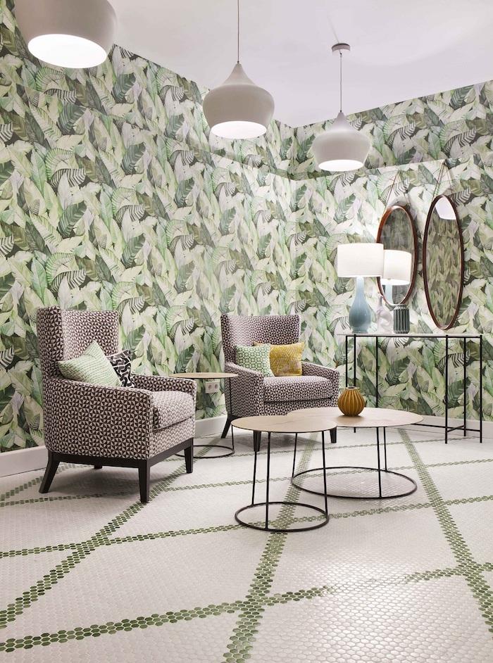 oasis tropical, plafond blanc, fauteuil en tissu blanc et noir, table basse en bois et fer forgé, miroir ovale en cadre marron, lampes suspendues blanches