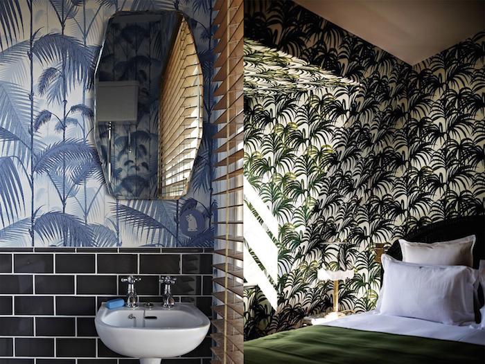oasis tropical, aménagement salle de bain, papier peint à motifs tropicales, lavabo céramique blanche, chambre à coucher tropicale