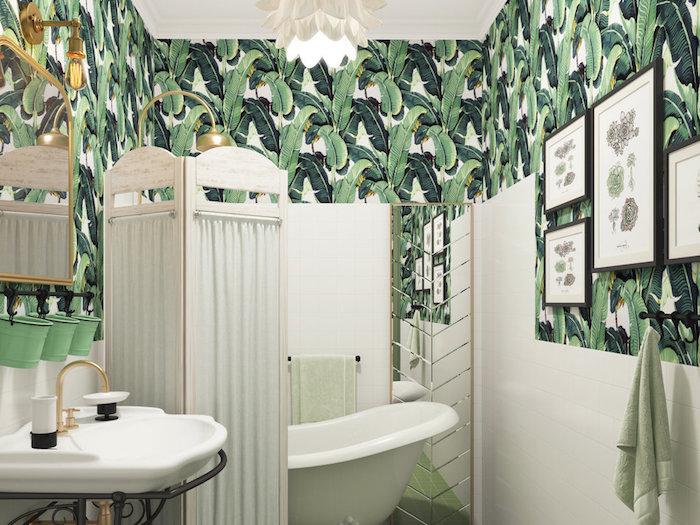 oasis tropical, lavabo céramique blanche, baignoire blanche, porte-serviette noire, papier peint à motifs tropicaux