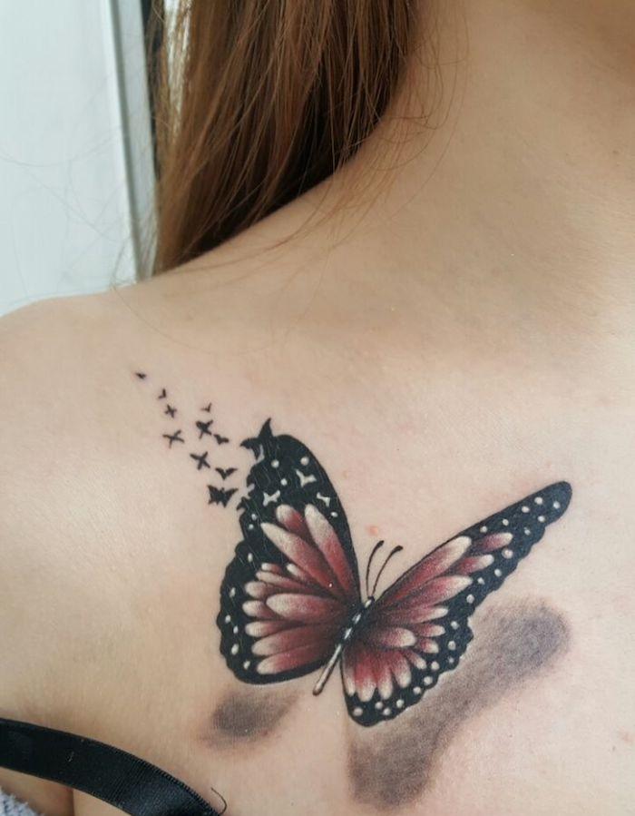 tatouage papillon 3d, femme aux cheveux brun, dessin en noir et violet, papillon sur le corps