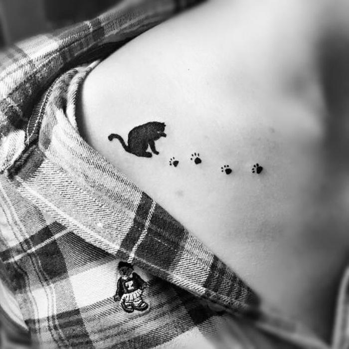 patte de chat tatouage, un chat noir qui a laissé une trace de ses pattes
