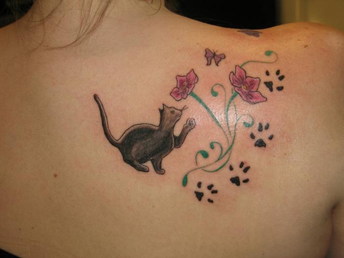 patte de chat tatouage, empreintes de chat et fleurs tatouées sur l'épaule