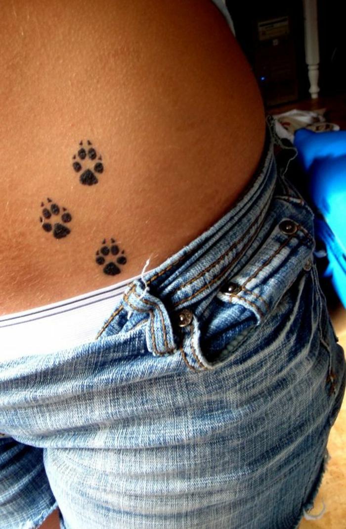patte de chat tatouage, trois pattes de chien tatouage femme