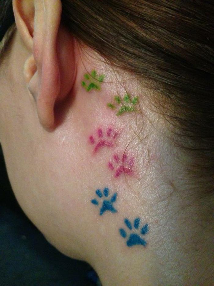 patte de chat tattoo, tatouage trace de pattes en couleurs derrière l'oreille