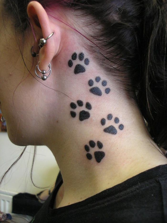 patte de chat tattoo, les pieds des chats ont laissé leurs empreintes sur le cou