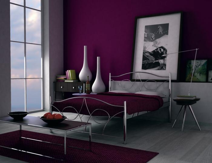 peinture aubergine, cadre de lit en métal, vases blancs, photographies art, deux grands vases