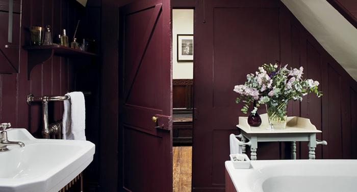 peinture aubergine, salle de bains en blanc et pourpre, bouquet de fleurs