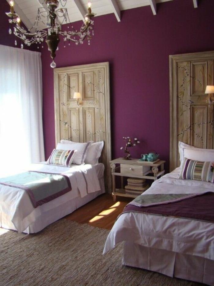 mur peinture aubergine, chandelier, plafond poutres apparentes blanches