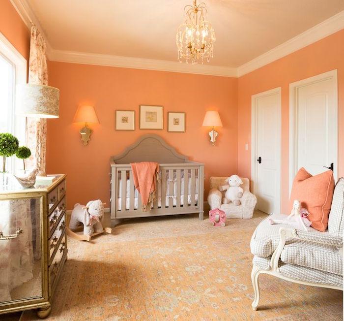 décoration chambre bébé meubles vintage et mur couleur saumon corail