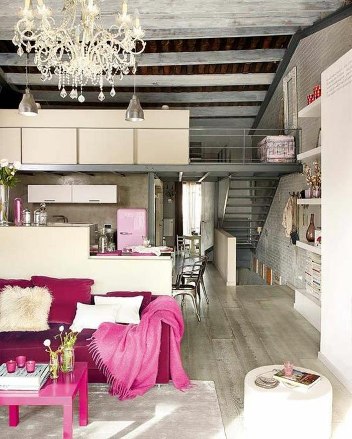 fuchsia couleur canape et couverture dans le salon de style industriel piece a deux niveaux avec grand lustre en crystal