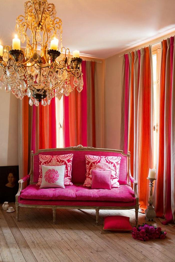 magenta color salon avec canape classique baroque en fuchsia et blanc des rideaux en orange et fuchsia