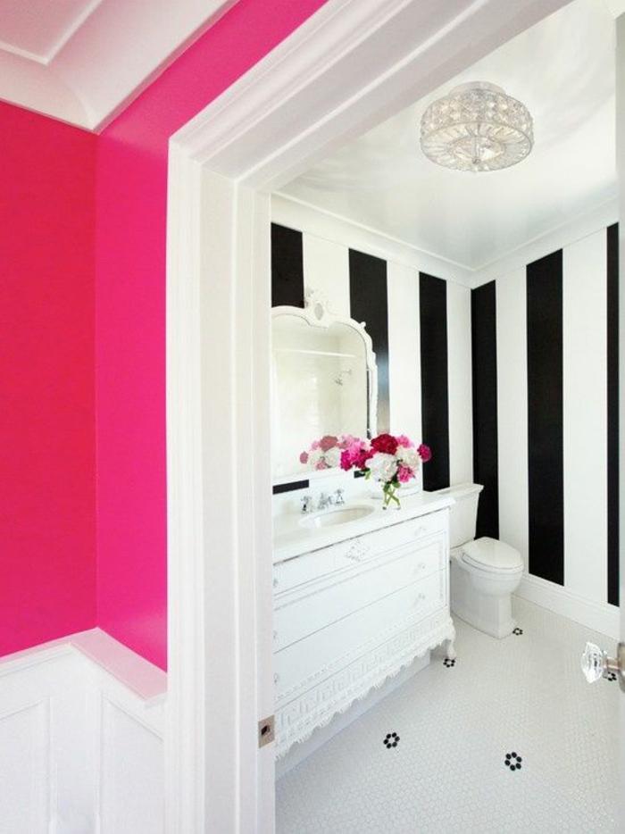 magenta color salle de bains bicolore avec des meubles blancs et des murs bicolores blancs et fuchsia