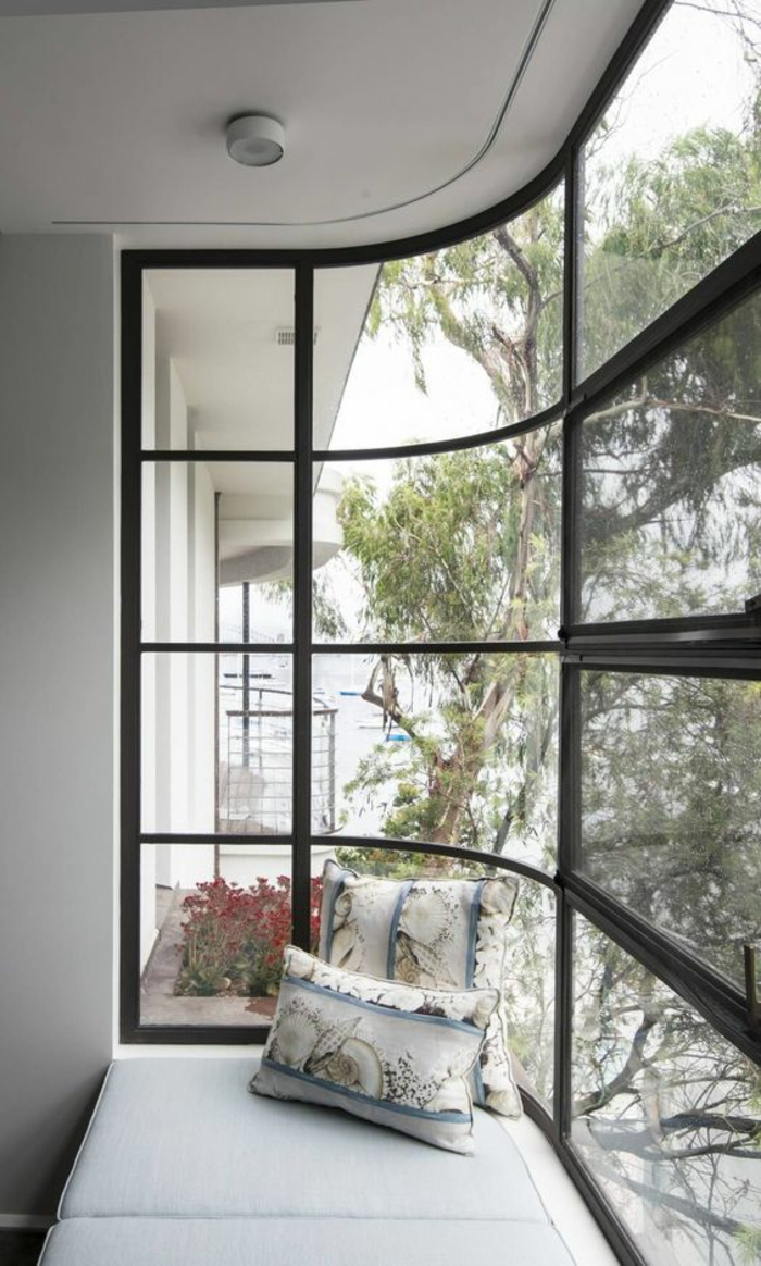 gris perle salon angulaire avec terrasse couverte en métal noir et des fenetres minuscules