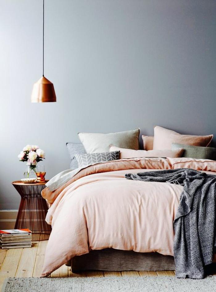 gris perle chambre a coucher suspension aux reflets metalliques lit coloré couverture et coussins