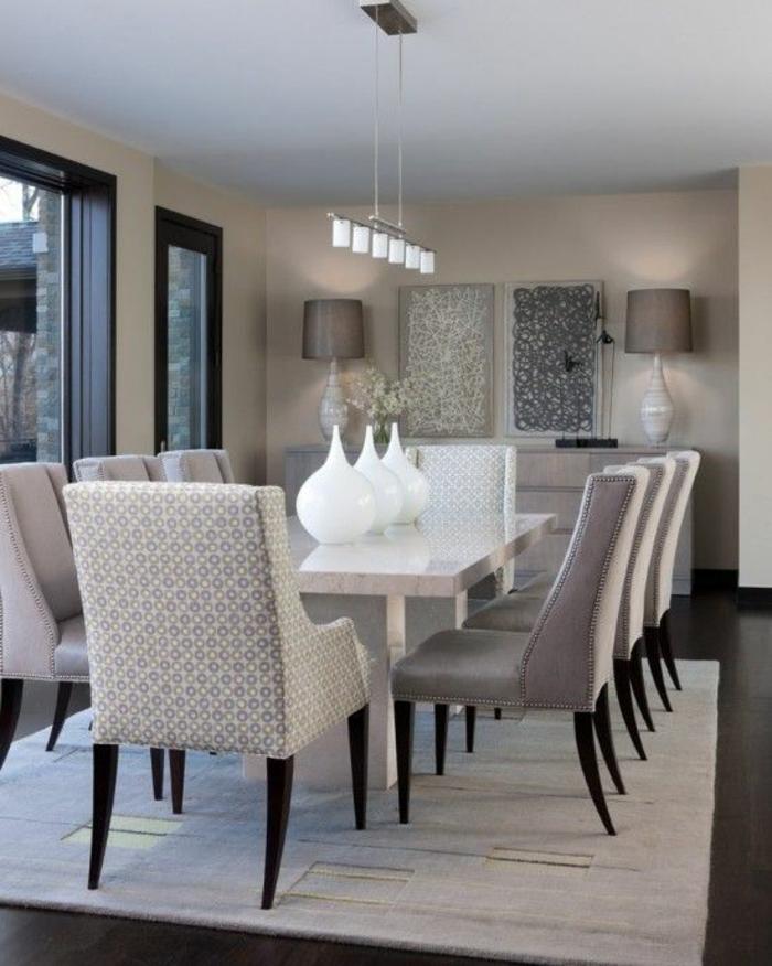 gris perle dans une salle a manger avec des fauteuils aux nuances grises et blanches table blanche avec trois vases de fleurs blanches