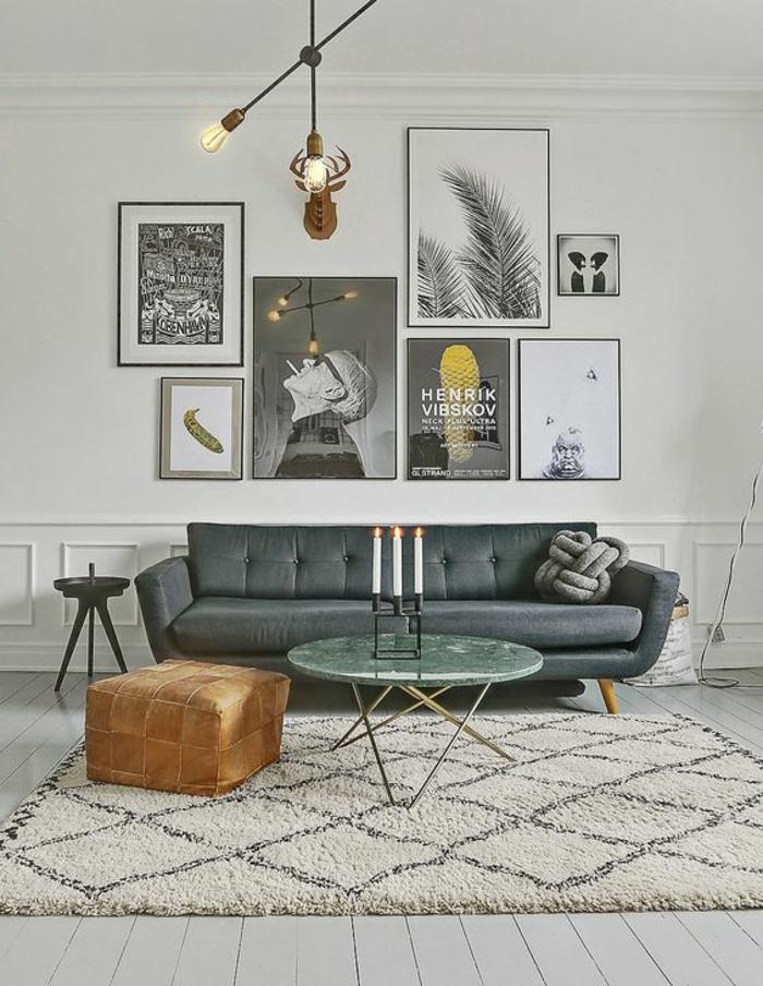 gris perle salon arty pop art avec des objets d art un pouff carré une table ronde verte avec des pieds en métal et un tapis en blanc et noir
