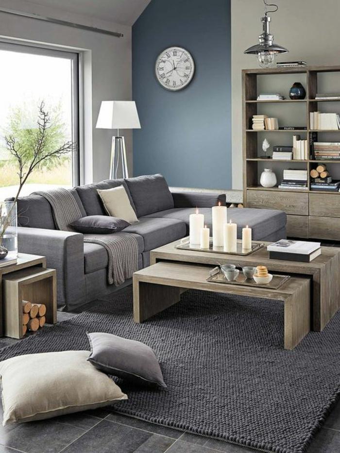 gris perle murs bichromes canapé gris foncé coussins gris et blancs deux tables basses et grandes bougies blanches sur elles