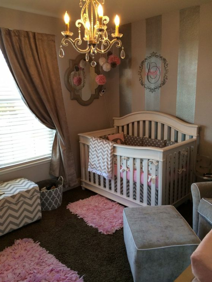 peinture rose poudré, plafonnier victorien, lit bébé blanc, rideau beige, petits tapis roses