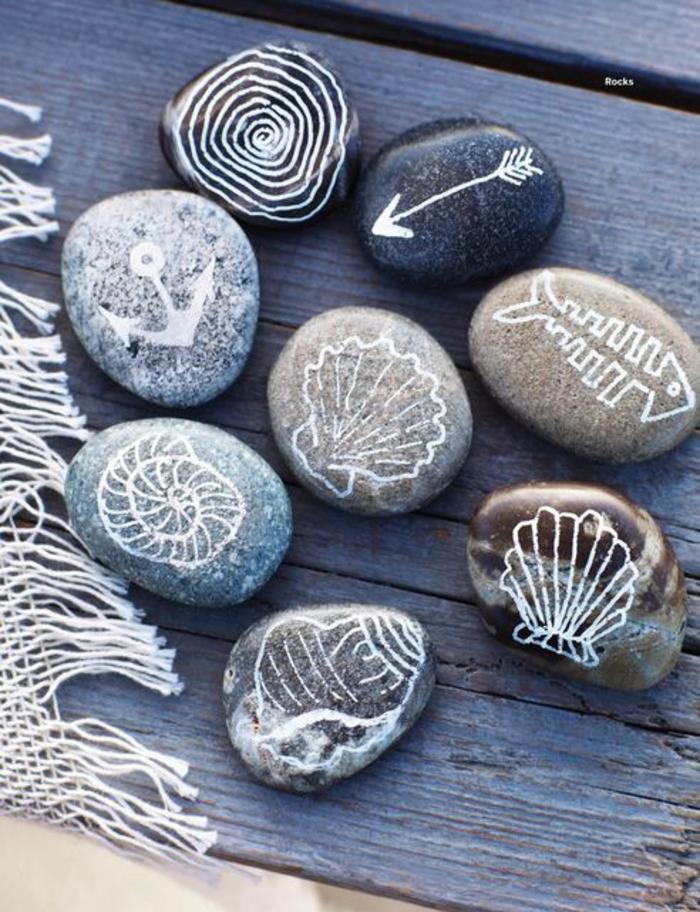 des galets décorés avec des motifs maritimes pour une déco qui respire la mer