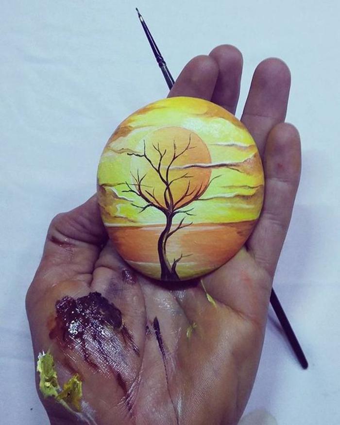 une jolie peinture à l'aquarelle réalisée sur pierre, une activité manuelle adulte pour exprimer sa créativité