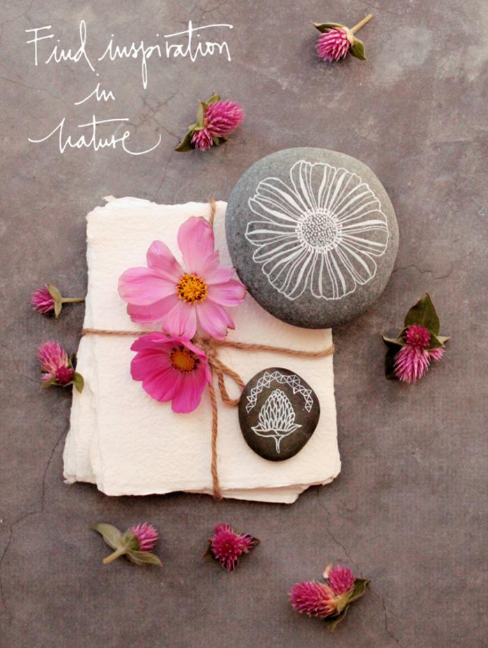 joli dessin de fleur stylisée sur un galet décoratif, idée pour une activité créative et amusante avec pierres