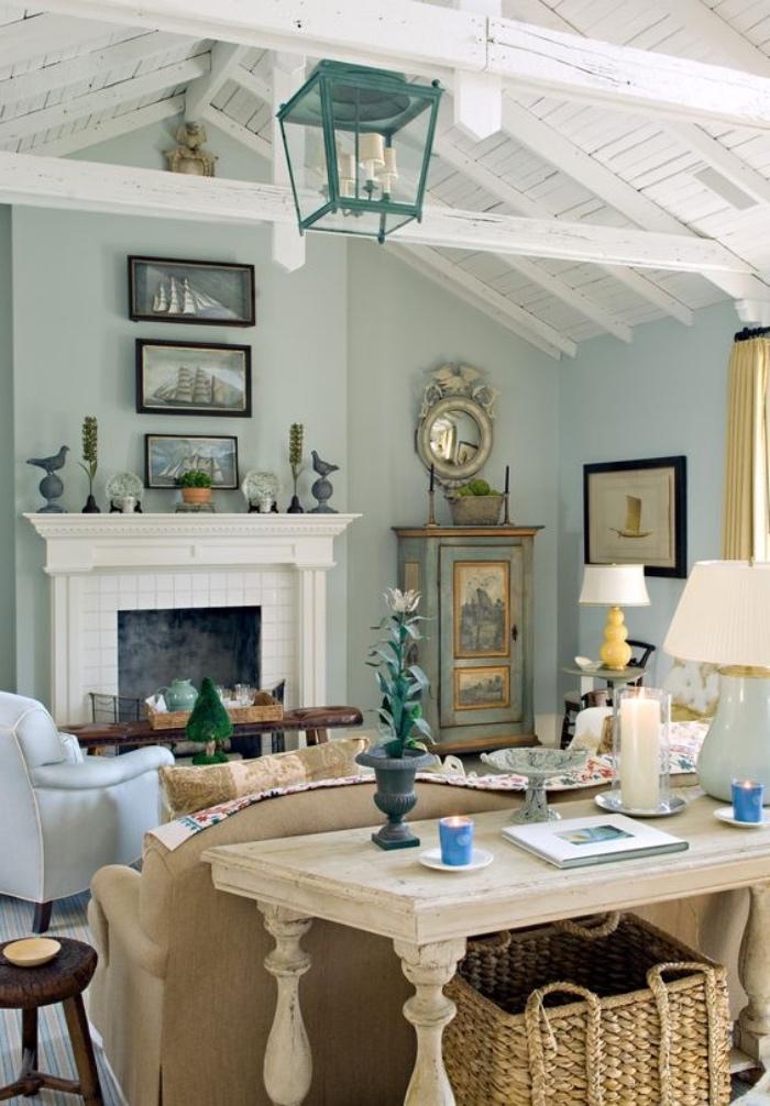 idée deco salon vert d eau couleur peinture murale, cheminée, canapé marron et decoration accessoires bord de mer, poutres apparentes blanches et luminaire marin