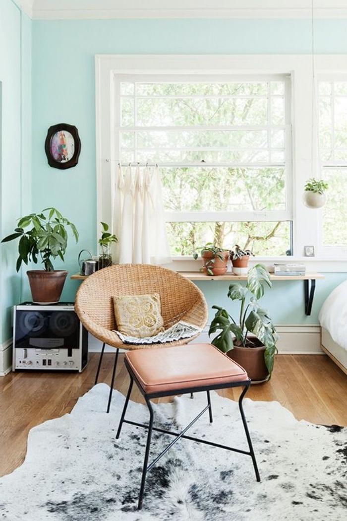 couleur vert d eau sur le mur, cjaise en metal et rotin, tabouret metal et cuivre, tapis de fourrure, parquet clair, plantes vertes