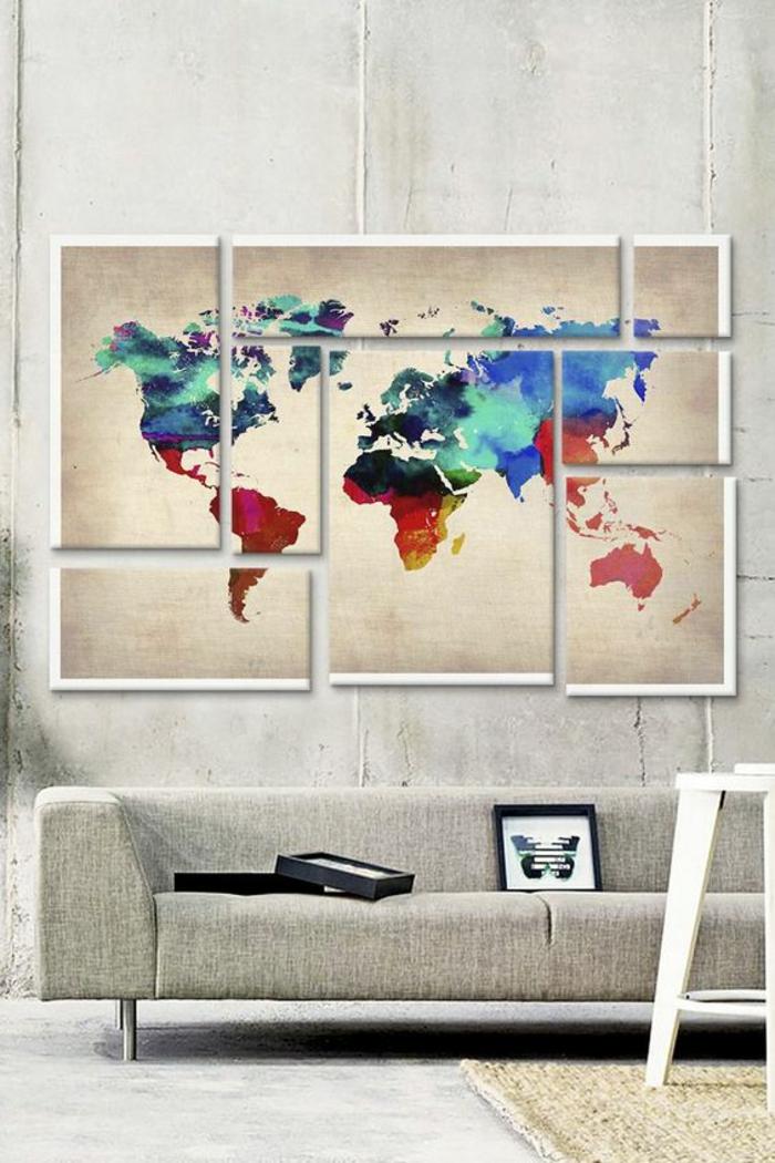 gris perle avec l;a carte du monde au mur en couleurs vives avec canapé gris long