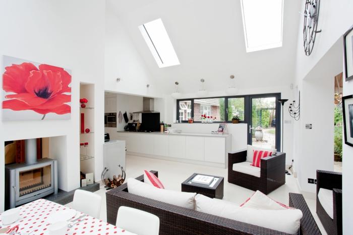 petite cuisine équipée avec façade blanche, ouverture sur un salon, revêtement sol blanc, canapé et fauteuil marron avec coussins d assise blancs, cheminée grise, deco peinture fleur