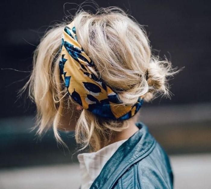 idée de coiffure facile boheme chic, petit chignon bas de derrière, mèches libres rebelles, un bandeau de tête bleu et jaune