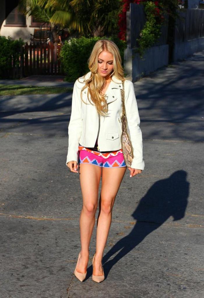 pantalon ethnique avec motifs triangulaires, escarpins couleur nude, cheveux blonds, jacket blanc