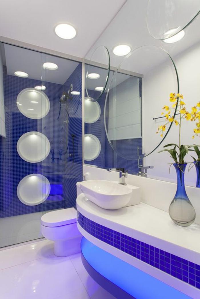 petites salle de bain en bleu foncé et blanc avec motifs grandes bulles sur la paroie de la douche