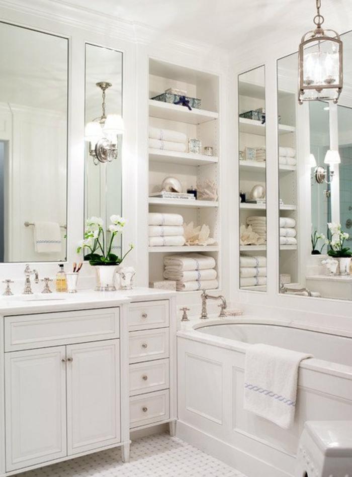 salle de bain petite tout en blanc avec une baignoire vintage