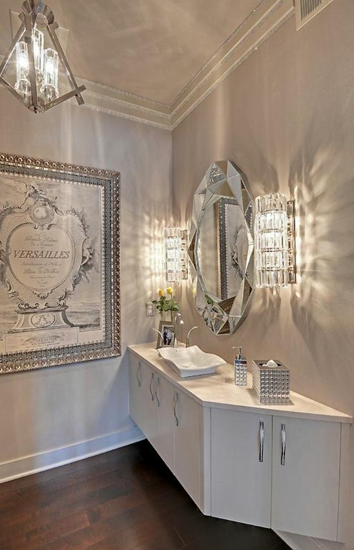 petite salle de bains au lustre et applique en crystal avec meuble suspendu en blanc