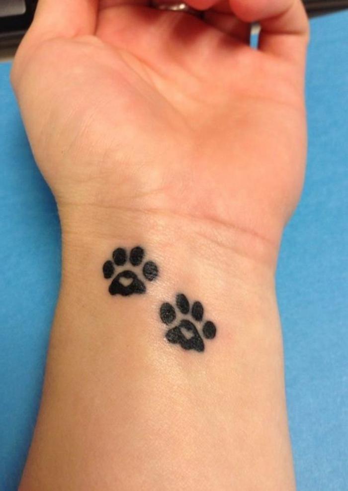 petit tatouage, tatouage poignet noirn deux pattes de chat