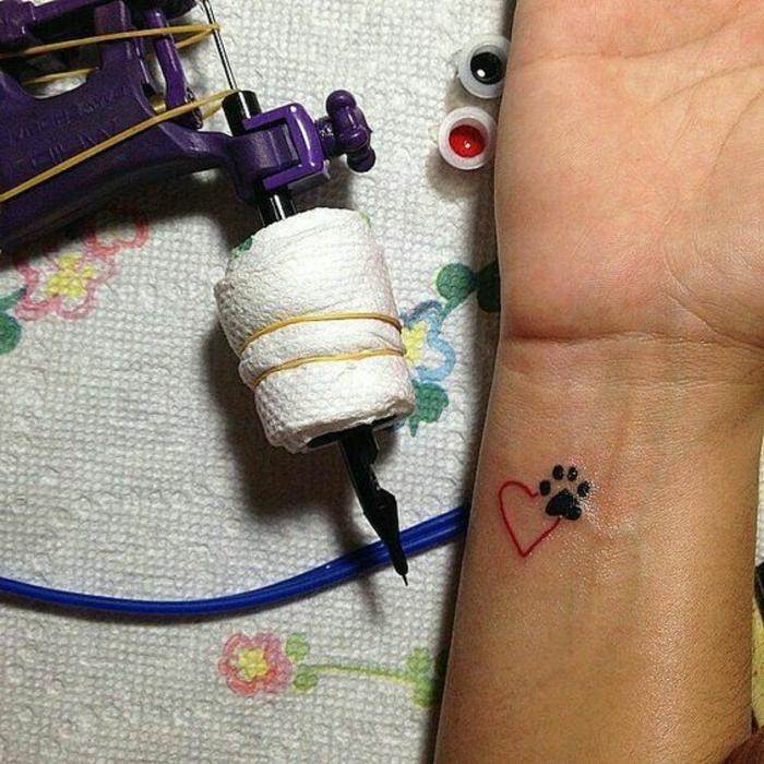 petit tatouage, patte de chat noire et coeur rouge, tatouage stylisé
