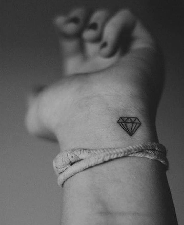 petit tatouage poignet femme idée tattoo diamant discret