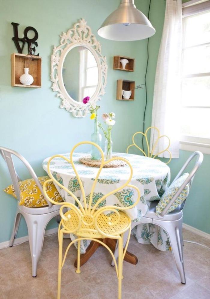 idée coin repas salle à manger, revêtement sol de dalles de pierre, chaises en metal, peinture vert mint, miroir baroque et étagère cagette